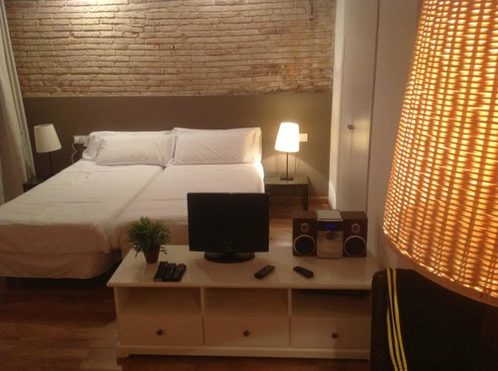 Inside Barcelona Apartments Sants: Sleeping zone