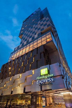 Holiday Inn Express Bangkok Siam Exterior at Dusk