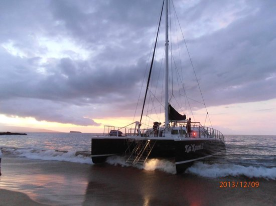 Kai Kanani Sailing Charters : Dropping off guests after sunset cruise