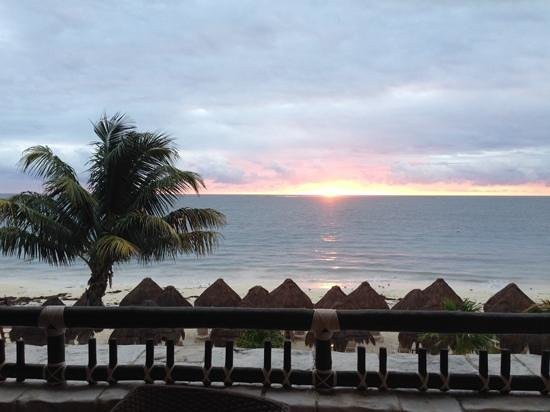 Dreams Riviera Cancun Resort & Spa: GREAT sunrise view from our room!