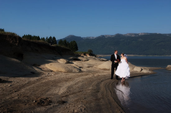 Ashley Inn : Lake Cascade is a perfect spot for unusual wedding and family pictures
