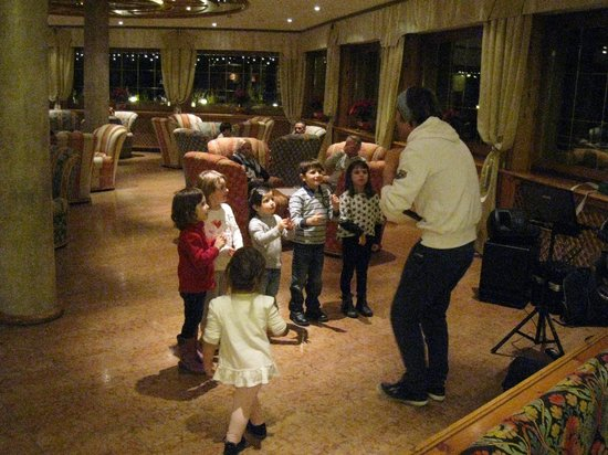 Family & Wellness Hotel Shandranj : baby dance dopo cena con Alessandro