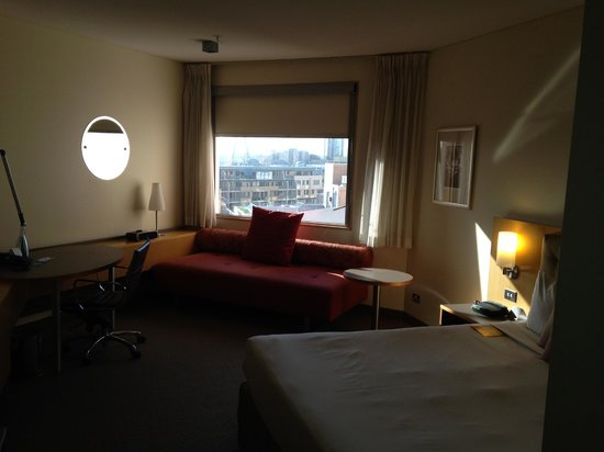 Novotel Sydney on Darling Harbour : odd-shaped room, with couch from an era gone by