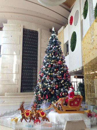 Pullman Linyi Lushang: Lobby Decorated for Christmas