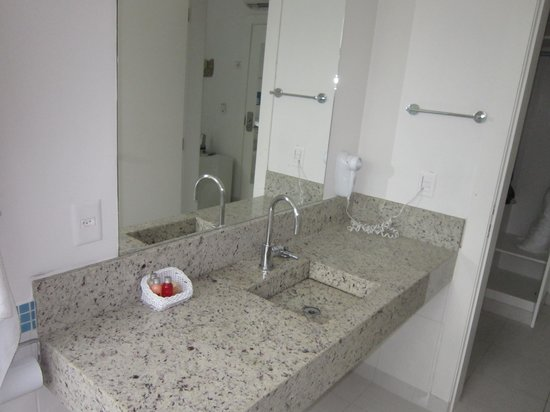 Pousada Port Louis: Banheiro muito espaçoso, itens de consumo de bom gosto.