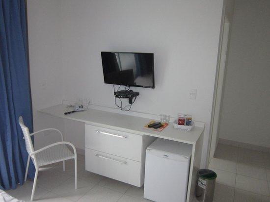 Pousada Port Louis: TV (meio ruim), bancada, frigobar...