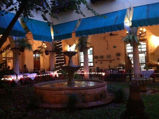 El Meson del Marques : Jardim interno do restaurante, parte do hotel.