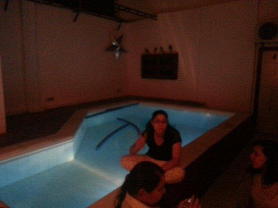 Urbanian Hostel: Vista de la piscina.