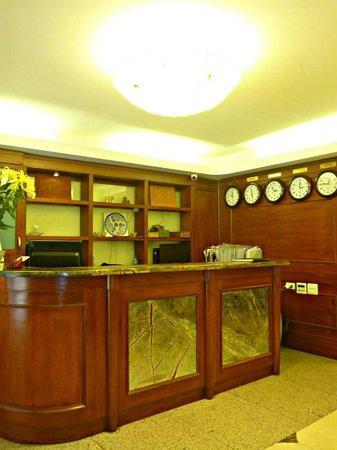 Hanoi Charming 2 Hotel: Reception.