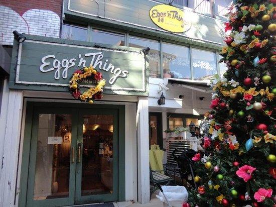 Eggs 'n Things Harajuku: クリスマスツリーが素敵な外観写真です