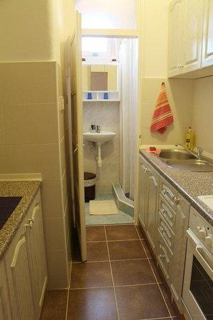 Apartments Bella: 本格的キッチンと、その奥にシャワールーム