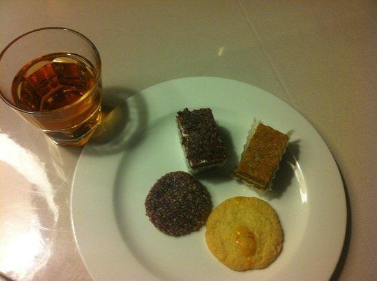 Dazhong Airport Hotel : Dessert & Chrysanthemum Tea
