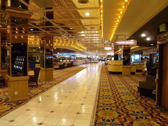 Nugget Casino Resort: Long main hall