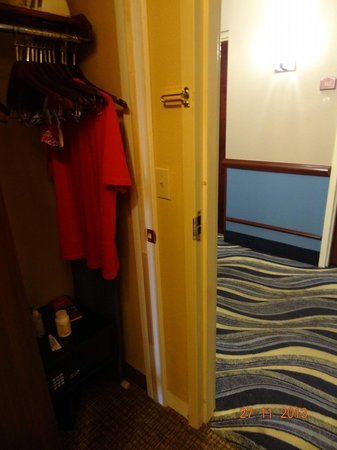 Comfort Suites Sawgrass: Armário e porta de saída