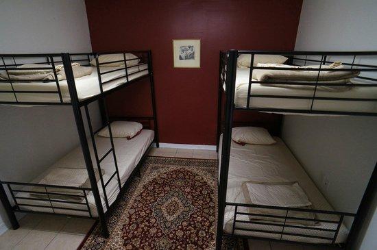 Auberge NOLA Hostel: Bedroom in private apartment.