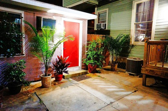 Auberge NOLA Hostel: Private apartment accessed through the courtyard.