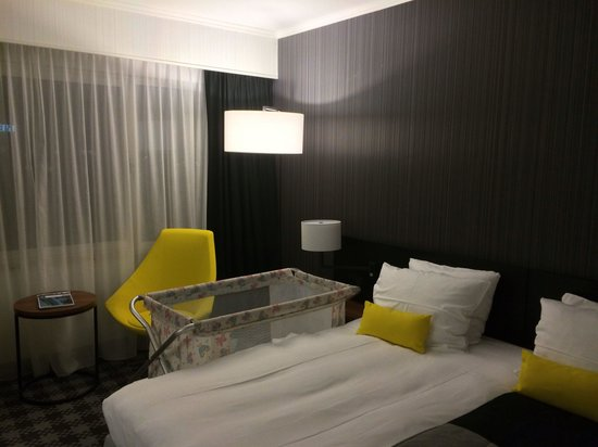 Radisson Blu Hotel Amsterdam Airport: Bed and babybed