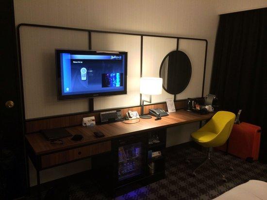 Radisson Blu Hotel Amsterdam Airport: Tv, minibar, coffee and teamaker