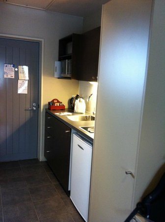 Airport Delta Motel: Kitchenette next to main entrance