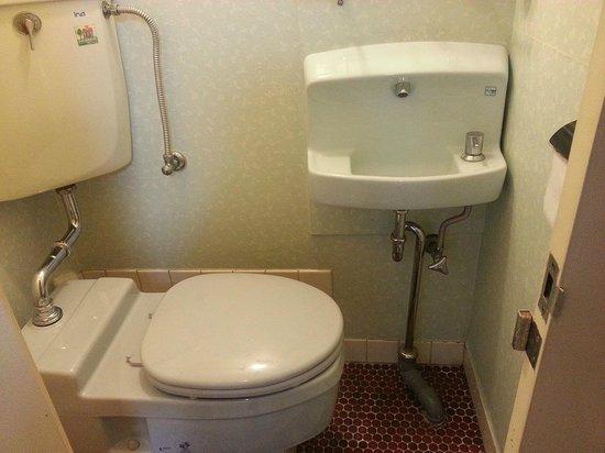 Asakusa Ryokan Toukaiso : the toilet & basin