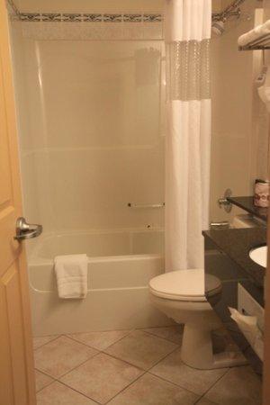 Days Inn & Suites Yellowknife: バスタブは長さがあったので頑張れば肩まで浸かれるかも('ω')