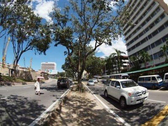 Hotel Shangri-La Kota Kinabalu: ホテル前の道路、交通量が多くなかなか渡れない