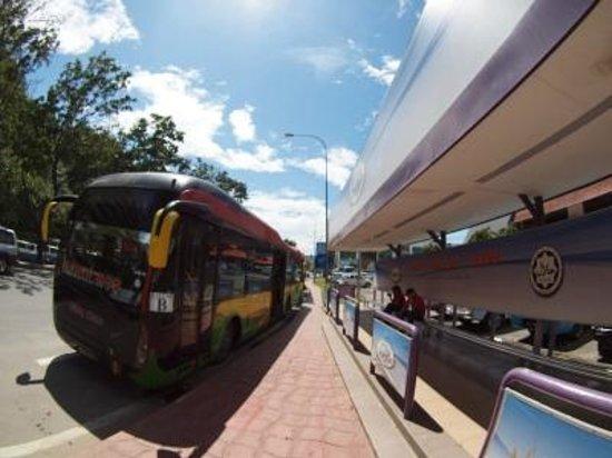 Hotel Shangri-La Kota Kinabalu: ホテル前のバス停