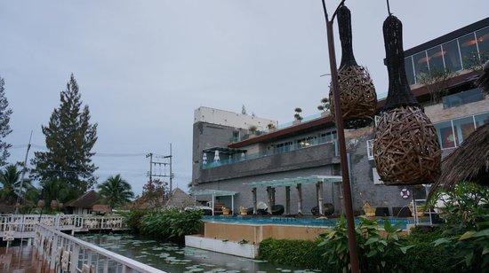 Dhevan Dara Resort & Spa Hotel: Pool Area