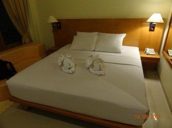 Febri's Hotel & Spa : Слоники на кровате
