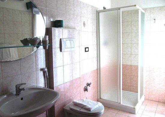 Hotel Gabbiano: Bagno camera tripla standard