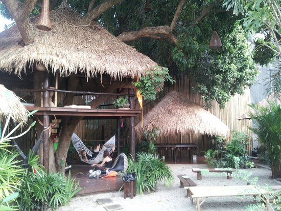 Deejai Backpackers: Pool lounge area