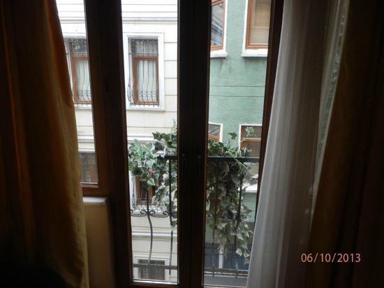 Three Apples Taksim Suites: depressing view