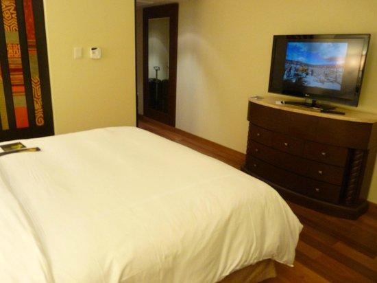 JW Marriott El Convento Cusco : chambre avec grand écran plat