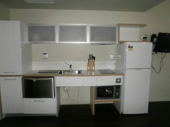 Grand Hotel and Apartments Townsville: Kitchen