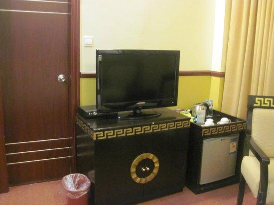 Manila Crown Palace Hotel: TV and mini bar