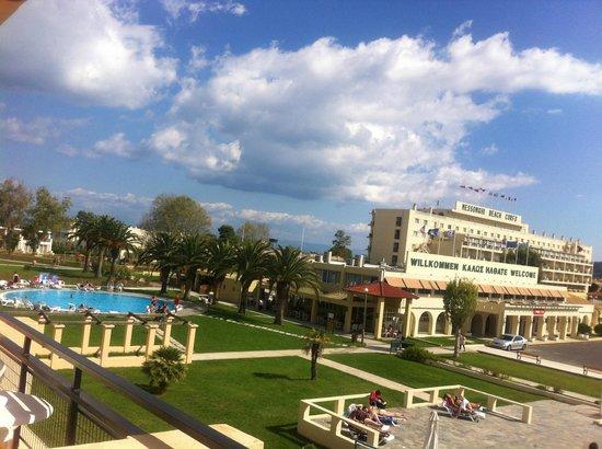 Moraitika, اليونان: Vue chambre côté piscine (bruyante car animation du soir)