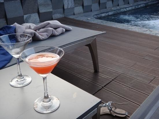 AETAS lumpini: Welcome drink at the pool