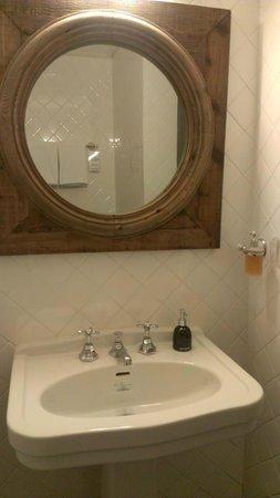 The Cabochon Hotel: バスルームの鏡、部屋にはこれしか鏡が無い