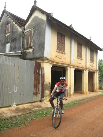 Soksabike: Our guide and a countryside house