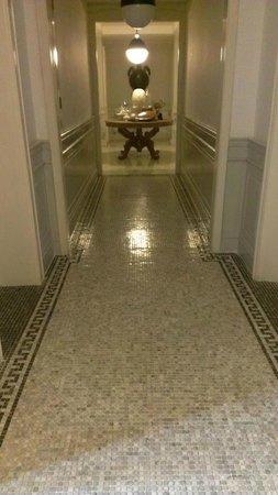 The Cabochon Hotel: きれいなタイル貼りの廊下