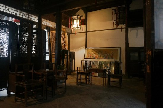 Gao Grand Courtyard: With a few interesting paintings