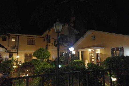 Springlands Hotel: Springlands by night