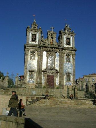 Moov Hotel Porto Centro: Iglesia en frente del hotel