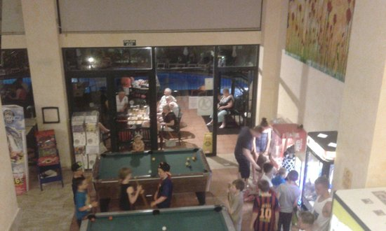 Aparthotel SunClub Salou: Pool tables and kids claw machines