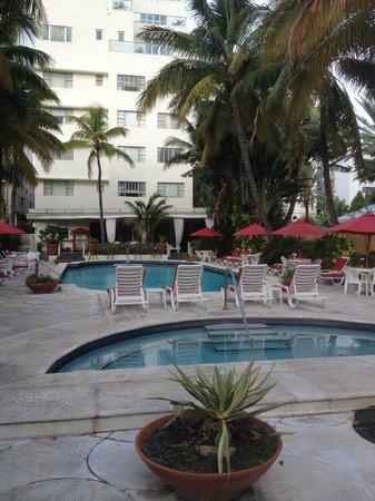 Richmond Hotel : La piscine et bain à bulles