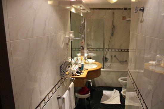 Ai Mori d'Oriente Hotel: Salle de bain confortable