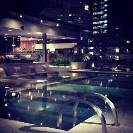 DoubleTree by Hilton Sukhumvit Bangkok: Poolside at this lovely hotel