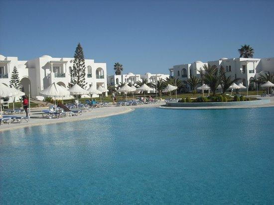Vincci Helios Beach : Pool und Hotelbauten