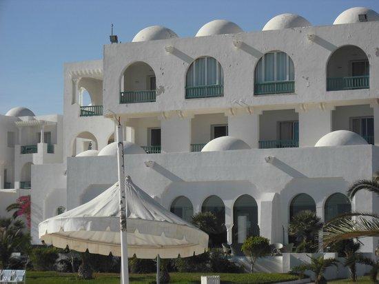 Vincci Helios Beach : Hauptgebäudeteil mit renovierungsbedürftiger Fassade