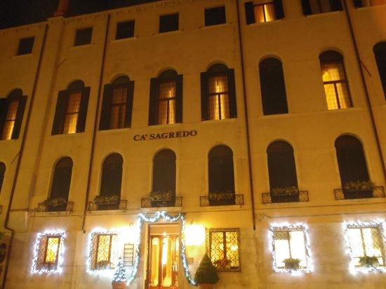 Ca' Sagredo Hotel: Vue sur l'hotel depuis la rue